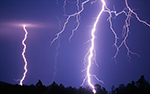 Молния ударила в дерево, под которым укрылись от нее двое подростков, оба погибли.